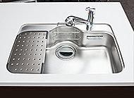 幅760㎜で大きな鍋もラクに洗えます。底面裏には水音を軽減するサイレントシートが貼られています。