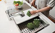 3枚の専用プレートを、3段のリブにセットし、シンクの中で調理作業を進めることができるシンク。作業効率が高まります。