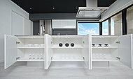 システムキッチンのリビング側には収納棚を設置。都会的でスタイリッシュに空間を彩ります。