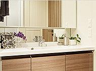 2枚の板ガラスの間に乾燥した空気を注入したガラス。高い断熱効果があり、節約効果が期待できます。