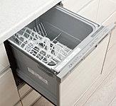 食器の後片付けがスピーディーにできる食器洗い乾燥機。節水効果にも優れています。