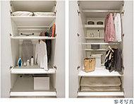 住む方の希望に合わせて自由に組み合わせられるオリジナル収納。可動棚を3等分にすることで棚板を自在に動かすことができ、洋服も小物も奥まで収納可能。空間を無駄なく活用でき、布団もすっきり収納できます。