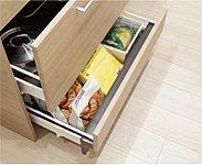 使用頻度の低い季節商品や週末家電の収納、500ml缶を立てたまま収納可能。扉面材仕様で意匠性も兼ね備えました。