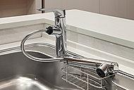 浄水やシャワーをワンタッチで切り替えることができる浄水器一体型水栓。ノズルを引き出せるので、お掃除も簡単です。