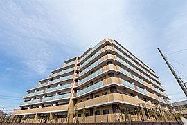 敷地形状を生かして設計された2棟構成・地上7階建ての外観が街並に調和。