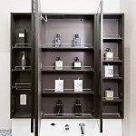 洗面化粧台の三面鏡裏側には、大型の収納スペースをご用意。洗面用具や化粧品など、小物を収納することができます。