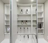 ミラー裏は、洗面用具、化粧品などを整理できる大容量の収納スペースを確保。ドライヤー収納も装備しています。