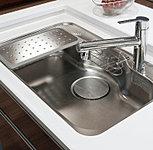 シンク裏面に制振材を貼ることで、シンクに水やお湯があたる音を低減しました。また、スプーンなどをシンクに落としたときの大きな音もサイレント仕様なので低減できます。