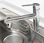 蛇口の先端に浄水器が内蔵された蛇口一体型浄水器。シャワー機能付きで、シンクのお掃除や食器を洗うときなどに便利です。浄水・原水が一目で分かるカラー表示ボタンが付いています。
