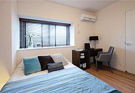 主寝室にはダブルベッドを置いても充分なゆとりも持たせました。飾り棚としても活用できる出窓や、収納も十分に設けることでインテリア性と機能性も十分。休息の空間として存分に寛げる場所です。