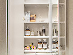 三面鏡には、たっぷりの収納スペースを設けています。化粧小物や洗面道具など整理でき、スッキリとした空間を保ちます。