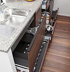 カウンター下部は奥も使いやすいスライド収納。大きな鍋もゆったりと保管できます。