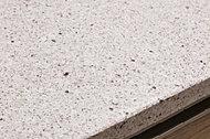 熱や紫外線に強く、汚れがつきにくい人造大理石天板を使用。日々のお手人れが簡単で、落ち着きと温もりを感じさせる高級感漂う素材です。※写真はオプション仕様。