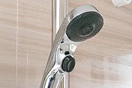 シャワーヘッドのボタンを押すだけで止水ができる節水仕様のシャワーヘッドをご用意しました。