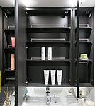 三面鏡の裏側はすべて収納スペース。メイク用品などの小物やティッシュボックス、ドライヤーもフックですっきり収納できます。