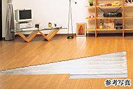 全戸のリビング・ダイニングには床暖房を標準装備。床面からのふく射効果と熱伝導などによって部屋全体を暖める暖房方式ですので、一度暖まると低めの温度設定でも日だまりのような暖かさが実感できます。