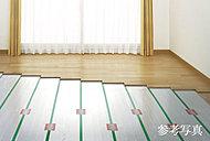 足元からやさしく暖めるTES温水式床暖房システムをリビング・ダイニングに設置しています。