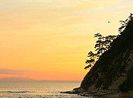 由比ガ浜海岸から稲村ケ崎を望む 約370m(徒歩5分)※平成26年11月撮影