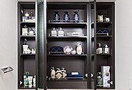 小物が多い洗面所には装いに便利な三面鏡の裏には、化粧品などを収納できるスペースを確保しています。