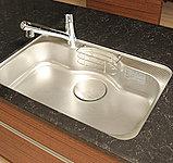 水はね音を低減する静音タイプで、大きな鍋も丸ごと洗えるワイドシンク。食器の水切りに便利なプレート付きです。