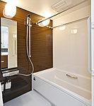 浴室カウンターの前に縦長のミラーを設置。シャンプー等の小物を片付けられる便利な収納棚も採用しました。