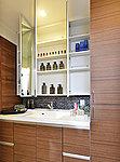 鏡裏側に収納棚を確保。化粧品などの小物類をすっきりと収納できます。