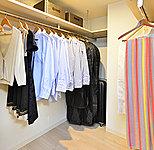 洋室1に設けた大容量収納。オールシーズンの衣類を収納できます。※タイプにより異なります。