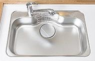 大きな鍋もゆったり洗えるシンクは、水はね音を低減する静音タイプです。
