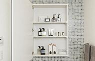 鏡扉の裏面は収納スペースとして活用。化粧品や洗面用具などがすっきり収まります。