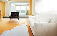 リビング・ダイニングには、足元から部屋全体を心地よく暖める床暖房を標準装備しています。※写真は参考です。