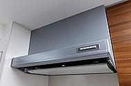 すっきりとしたデザインのシルバー塗装製レンジフードを採用。臭いや蒸気、煙などの吸い込み力を高める整流板付きです。