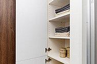 パウダールームの美しい見た目を演出する収納スペース。洗濯したタオルやバスローブ、洗面用品や石けん類の収納に便利です。