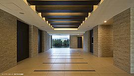 天井のルーバーとタイルが、邸宅の品格を醸し出す「エントランスホール」