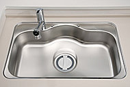 ワイドで奥行きのあるシンクは、裏面の制振材が水はね音やスプーンなどの落下音を低減します。
