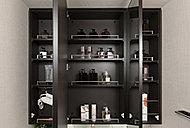 三面鏡裏には、化粧品やヘアケア用品、小物類などがすっきりと収納できます。