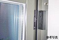 セキュリティシステムが稼働中に窓が開くと警報が鳴ります。(全ての開閉窓)
