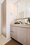 洗面台は使い勝手とデザインにもこだわり扉材と同色の天板を採用。※参考写真