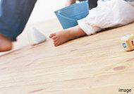 リビング・ダイニングには空気を汚さずに足元から暖める床暖房を標準装備。