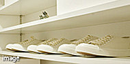玄関まわりをスッキリとキレイに見せる「シューズインクローゼット」は全戸標準装備。※収納は住戸タイプによって異なります。