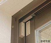 窓には防犯センサーを設置。不審者が窓を開けると警報を鳴らし異常を知らせます。(浴室窓を除く)