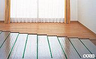 ホコリを巻き上げる風を起こさず、足元から優しく体を温める「TES温水式床暖房」を採用。また.