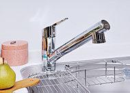 レバーひとつで水量も温度も調節できるので、片手に汚れ物を持って洗い物をするときなど、快適に使用できます。