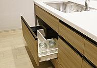 大きな鍋やフライパンがすっきりしまえる収納スペース。ソフトクローズ機能により、静かにゆっくり閉まります。