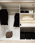 お布団などかさばる物を収納できる押し入れのゆとりとクロゼットの利便性が融合した使い勝手のいい収納スペース。ハンガーパイプも備えています。※1