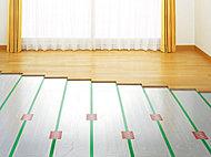 足元からやさしく部屋全体を暖めるTES温水床暖房を採用。空気や肌の乾燥を防ぎ、ほこりを巻き上げることのない快適な暖房です。