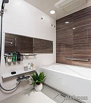 浴槽は保温浴槽のため、お湯の温度を長時間キープできます。また、水はけの良い特殊な床や浴室暖房乾燥機、ハンスグローエ製のシャワー付水栓も完備。