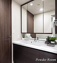 三面鏡裏に収納スペースを確保しドライヤーや化粧品等の整理が可能。洗面台はカウンター一体型ボウルを採用し、お掃除も簡単です。
