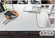 フラットなキッチンカウンターは奥行きを確保。汚れやキズがつきにくい人工大理石を採用しました。