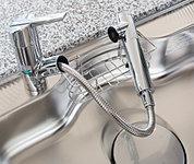 浄水器を内蔵したハンドシャワー水栓。蛇口を引き出して使えるので、ポットや鍋に浄水を注ぎやすく、シンク洗いにも便利です。
