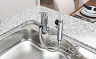 ノズルが引き出せるハンドシャワー水栓は、ワンタッチで浄水と水道水を切り替えられる、浄水器一体型です。